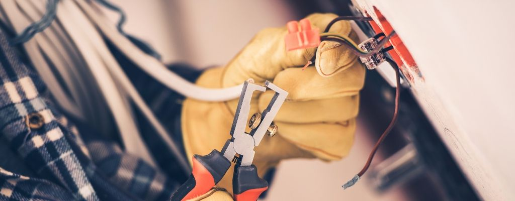 5 Home Repairs You Should Never Do Yourself